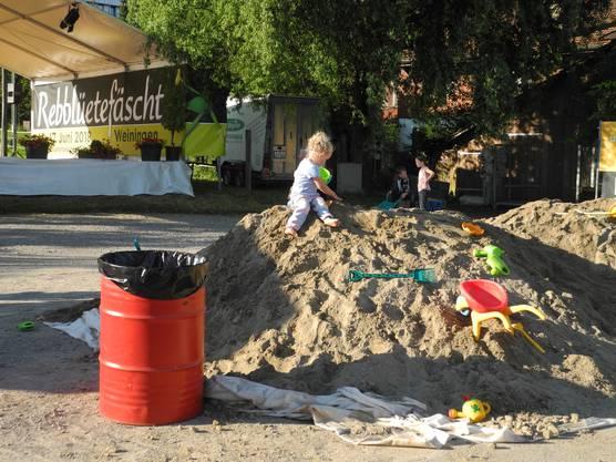 Die Kinder nahmen den beliebten XXL-Sandhaufen bei der Rebblüetefäscht-Showbühne in Beschlag.