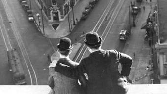 """Szene aus Leo McCareys Kurzfilm """"Liberty"""" aus dem Jahr 1929 mit Stan Laurel und Oliver Hardy. Das Filmfestival Locarno widmet McCarey, einem Pionier der Filmkomödie, seine grosse Retrospektive. (zVg)"""