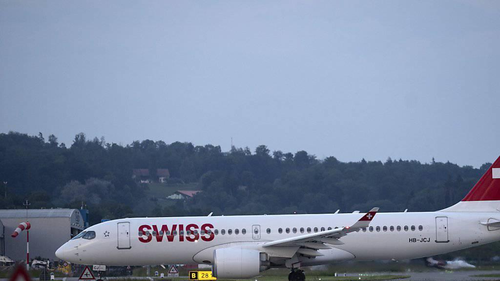 Ein Flugzeug des Typs Airbus A220-300 von Swiss. (Symbolbild)