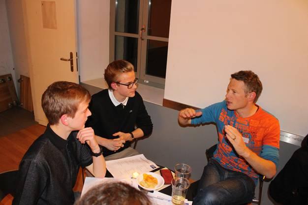 Die Jungfreisinnigen Mick (15, links) und Fabian (15, Mitte) aus Birmenstorf diskutieren mit Noch-Nationalrat Jonas Fricker.