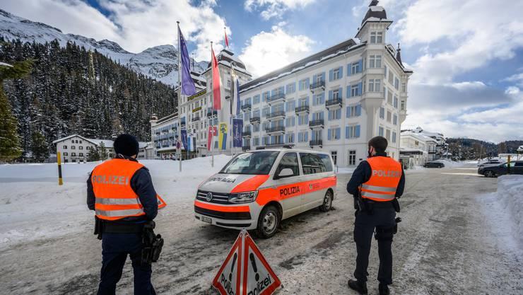 Die Bündner Polizei vor dem Luxushotel Kempinski in St. Moritz. Auch hier ist man von der Virus-Variante betroffen. (Archivbild)