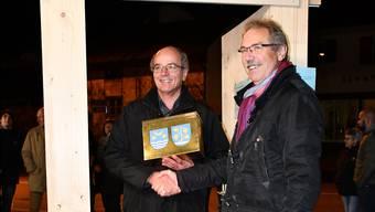 Urs Leuthard, Gemeindeammann Schinznach, nimmt die Urne mit den Unterschriften von Fritz Roth vom Komitee Pro Schinznach-Bad entgegen. jam