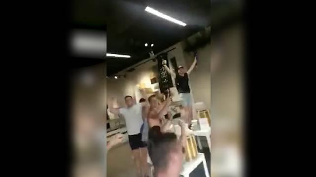 England-Fans stürmen IKEA
