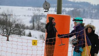 Adrian Speiser sorgt für einen reibungslosen Ablauf am Skilift Föhrlimatt.