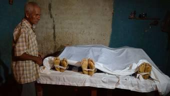 Tote erstarren oft lange nicht. Eine Forscherin hat nachgewiesen, dass sie sich noch bis ein Jahr nach ihrem Tod bewegen. (Symbolbild)