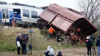 Der Güterzug und der Personenzug prallten frontal ineinander.