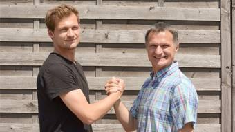 Freundlicher Handschlag: Dawid Skrzypczak (links) und sein Vater Dariusz freuen sich auf das heutige Familienduell. PKA