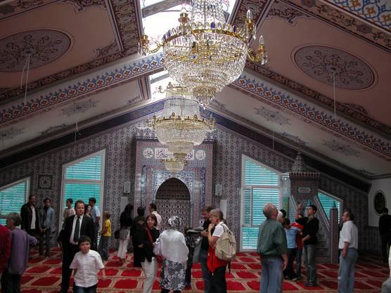 Moschee wohlen: Bei der Eröffnung vor zwei Jahren bestaunten zahlreiche Besucher den prächtigen Gebetsraum.