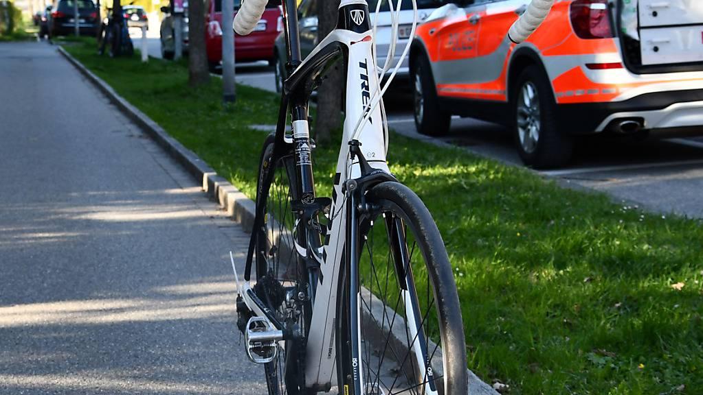 Der angefahrene Velofahrer wurde leicht verletzt ins Kantonsspital Graubünden gebracht.