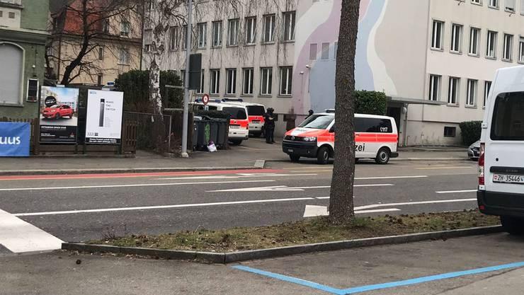 Die Stadtpolizei ist mit einem grossen Aufgebot in Oerlikon im Einsatz.