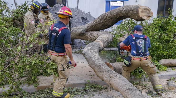 Helfer der Miami Fire Rescue sind in der Grossstadt im Einsatz.