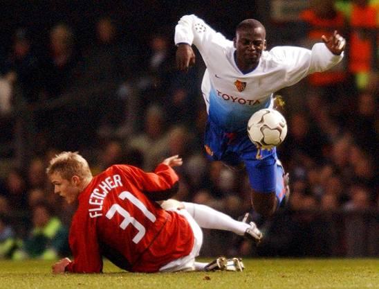 Timothée Atouba wird von Man-United-Spieler Darren Fletcher gefoult.