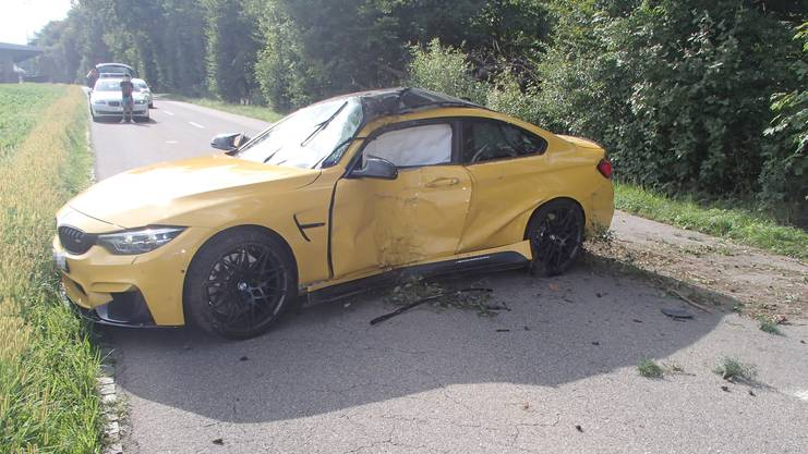 Ein Autolenker verlor die Kontrolle über sein Fahrzeug und prallte in einen Baum.