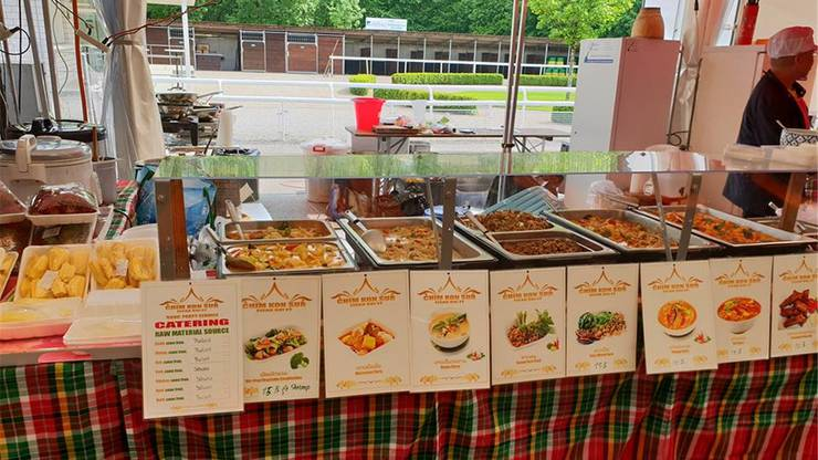 An rund 50 Ständen können Gäste aus zahlreichen traditionell thailändischen Speisen wie Pad Thai und Tom Kha Gai auswählen.
