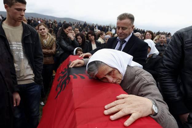 2014: Traueranlass und Gedenken an die ermordeten Männer in Krusha.