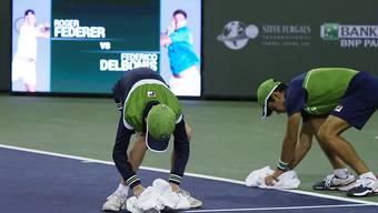 Am Ende half bei Federer - Delbonis (6:3, 2:2) alles Platztrocknen nichts - Regen in der Wüste sorgte für Verschiebung auf Sonntag.