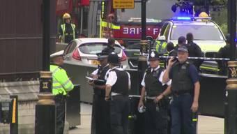 Ein Mann ist am Dienstagmorgen mit einem Auto vor dem Parlament in der britischen Hauptstadt London in eine Sicherheitsabsperrung gefahren und hat dabei mehrere Fussgänger verletzt. Er wurde festgenommen.