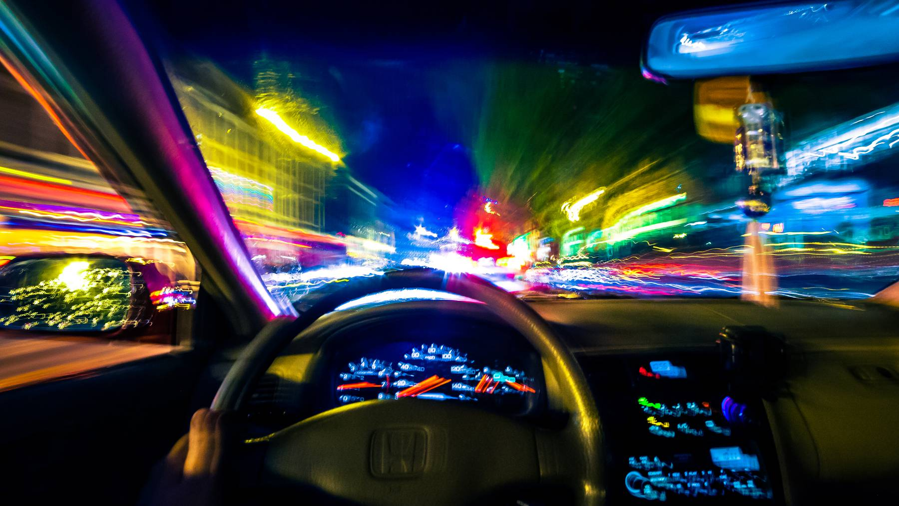 Long exposure inside the car, resulting in a simulated effect of drunk driving from the first-person's perspective. // Betrunkener Autofahrer // Blaufahrer