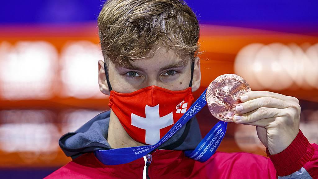 Auch Roman Mityukov im Medaillenglück: Der 20-jährige Genfer zeigt die über 200 m Rücken gewonnene EM-Bronzemedaille