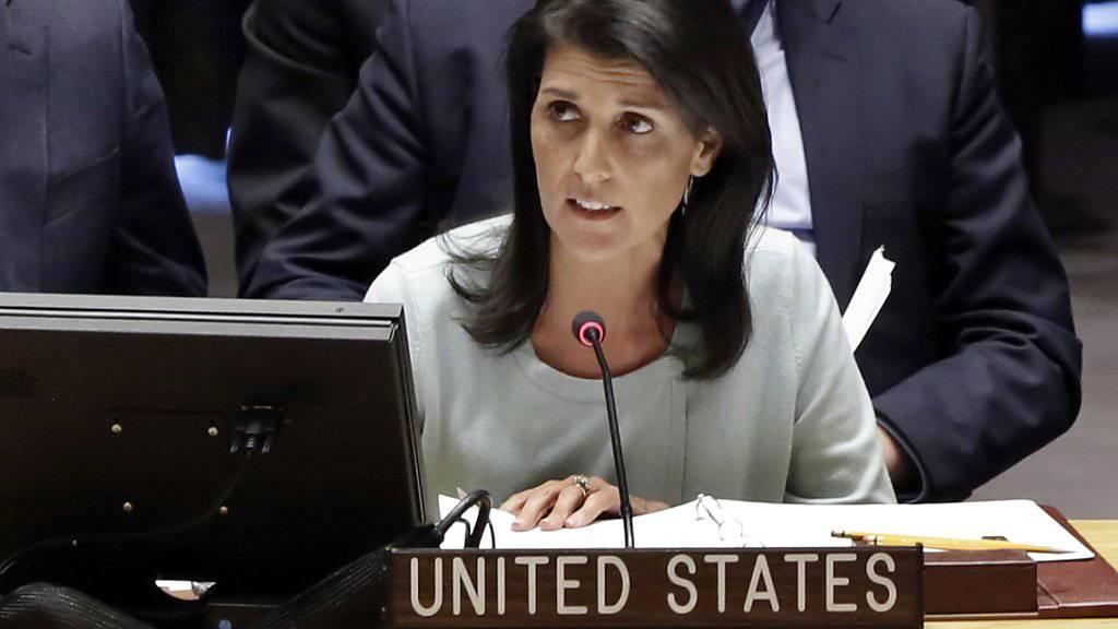 """Die USA stünden auf der Seite des ukrainischen Volkes, das seit fast drei Jahren """"unter der russischen Besatzung und Militärintervention leidet"""", sagte die neue UNO-Botschafterin der USA, Nikki Haley. Sie kündigte an, die Russland-Sanktionen blieben bestehen."""