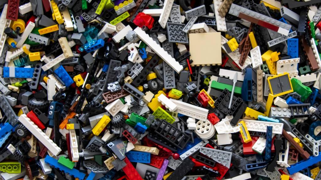 Der Spielwarenhersteller Lego hat seinen ersten Prototypen für einen Baustein aus wiederverwertetem Kunststoff präsentiert. (Archivbild)