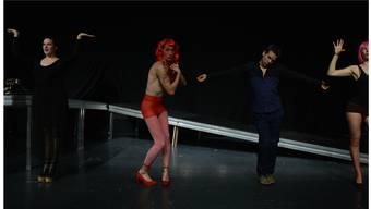 Proben für den «Gatsby», v.l.: Anne Weinknecht als Myrtle Wilson, Christoph Rath als Grinsekopf, Manuel Löwensberg als Nick Carraway und Emilia Haag als Jordan Baker.