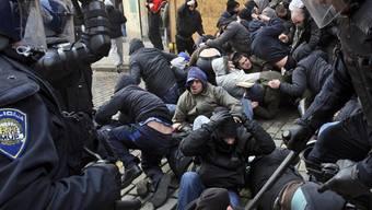 Die Polizei geht in Zagreb gegen Demonstranten vor