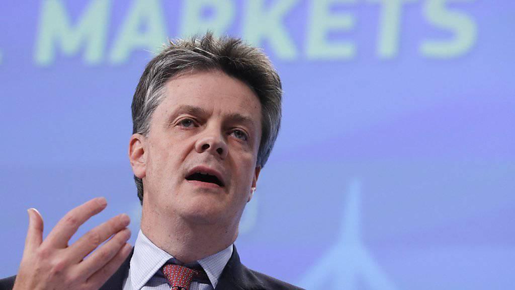 Europas Banken sollen von 2017 an in einen gemeinsamen Topf zum Schutz von Sparguthaben einzahlen. EU-Kommissar Jonathan Hill (Archiv) will dazu am Dienstag eine Gesetzesentwurf vorlegen. Gegen die Pläne gibt es Widerstände aus Deutschland.