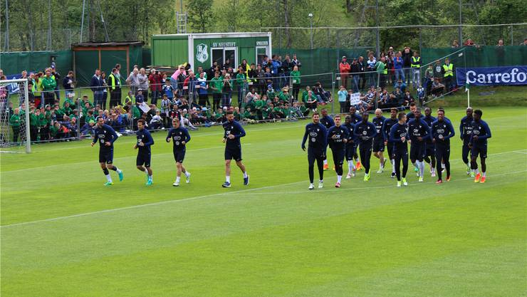 Nicht zum Anfassen: Ein Zaun trennt die Zuschauer von den französischen Stars beim öffentlichen Training in Neustift im Stubaital.BR