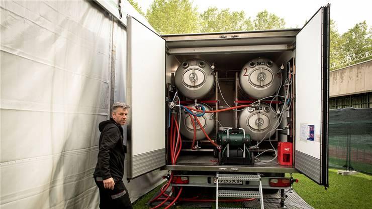Aus diesen vier Tanks (je 1000 Liter) fliesst das Bier eines der grossen Zelte. Stefan Felix, Eventcoach von Feldschlösschen, organisiert die Logistik.