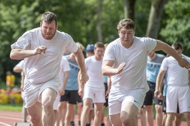 Die Nationalturner Andy Imhof, links, und Matthias Herger versuchen, sich im Sprint gegenseitig zu übertrumpfen.