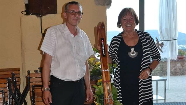 Vize-Gemeindepräsident Thomas Schenker überreichte Ursula Rudolf ein Paar original Stöckli-Ski.