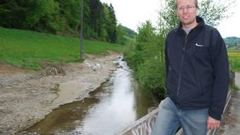 Wilder Bachverlauf: Ulysses Witzig von Pro Natura ist zufrieden mit der Renaturierung der Uerke, die auf einer Länge von 300 Metern wertvollen Lebensraum geschaffen hat.