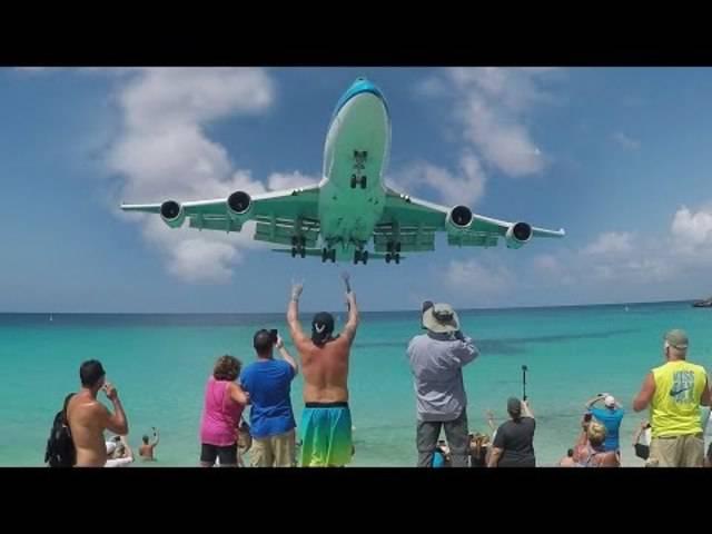 Im Netz gibt es zahlreiche Videos von Landungen und Starts von St. Martin. Hier ist unter anderem mehrmals zu sehen, wie die Beobachter dabei fast weggeblasen werden.