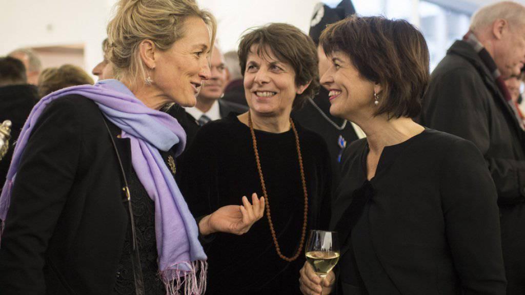 Aargauer Polit-Frauenpower: Doris Leuthard im Gespräch mit Frau Landammann Susanne Hochuli (links) und der Aarauer Stadtpräsidentin Jolanda Urech (Mitte).