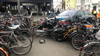 Am Montag gegen Mittag kam es am Hauptbahnhof in Zürich zu einem leichten Verkehrsunfall. Beteiligt waren ein Taxi, ein Personenwagen und mehrere abgestellte Fahrräder. Verletzt wurde niemand.
