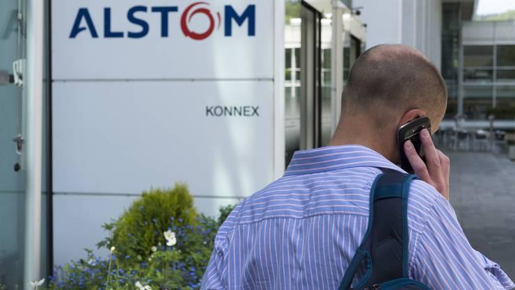 Ein Alstom-Mitarbeiter am Telefon (Symbolbild)