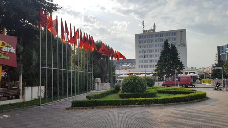 Die Reise beginnt mit einem Flug nach Tirana und dem Transfer nach Shkodra (Bild), der grössten Stadt in Nordalbanien.