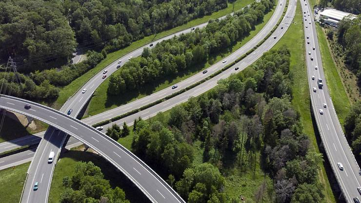 Der Ständerat bewilligt über 13,8 Milliarden Franken für Ausbau und Unterhalt des Nationalstrassennetzes. Drei nicht ausgereifte Autobahnprojekte sind in der kleinen Kammer durchgefallen. (Archivbild)