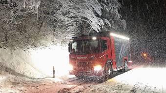 Die Feuerwehr Surbtal legte eine Nachtschicht ein. Sie rückte in der Nacht auf Freitag insgesamt fünfzehn Mal aus, wie hier zwischen Lengnau und Endingen. Ein Autolenker prallte zwischen Böttstein und Leuggern in einen Baum. Der Fahrer blieb unverletzt. Die Idylle trügt: Von Spaziergängen im Wald (hier in Schneisingen) wird dringend abgeraten.