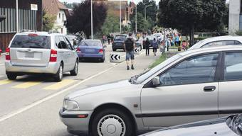 Chaos mit wild parkierten Autos von Eltern vor dem Kindergarten Bündten in Villmergen.  (werner wettstein)