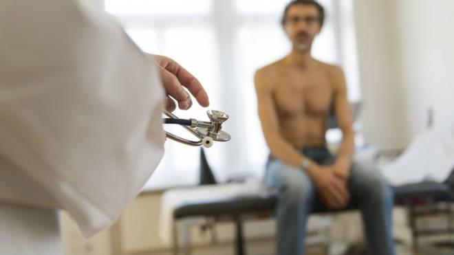 Die Rechnung für den Arztbesuch ist in der Schweiz vielen Menschen zu hoch. Foto: Keystone