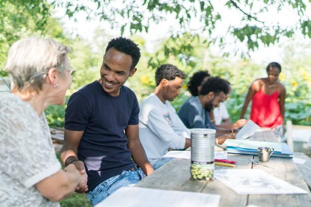 Omar mit einigen Freunden in seinem Garten.