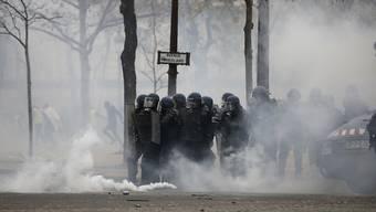 """Die sogenannten """"Gelbwesten"""" hatten für den heutigen Samstag """"einen dritten Akt"""" angekündigt. Seit dem frühen Morgen versammeln sich Demonstranten rund um die Innenstadt in Paris."""