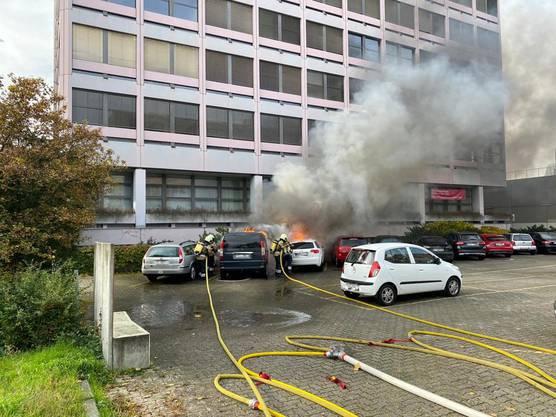 Muttenz BL, 20. Oktober: An zwei parkierten Autos ist am Dienstagmorgen in Muttenz bei einem Brand Totalschaden entstanden. Verletzte gab es keine.