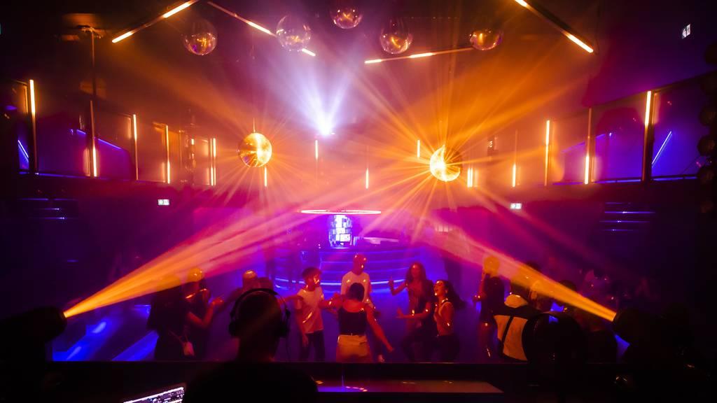 Nur noch 100 Leute in Clubs: Kantone verschärfen Regeln