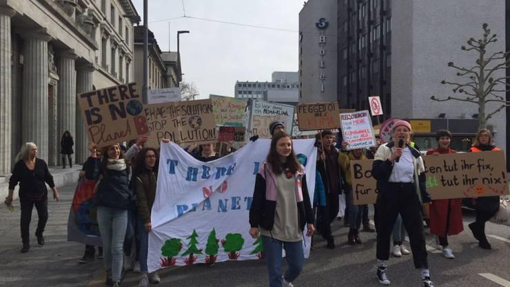 Sie machten den Anfang: Einige hundert Personen demonstrierten in Aarau für mehr Umweltschutz und Solidarität.