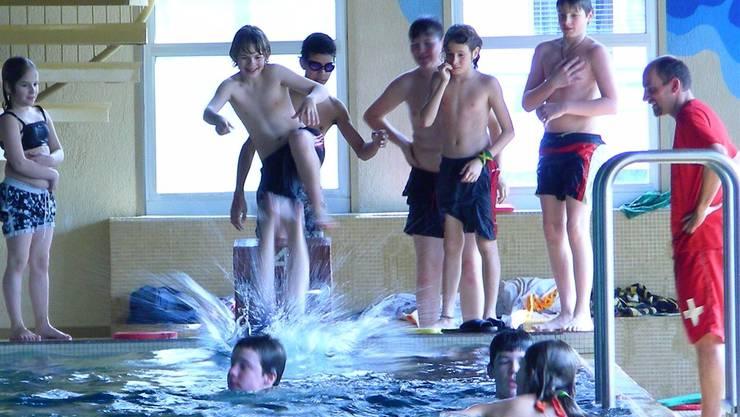 Begleitperson obligatorisch oder nicht? Eine Broschüre übers Schulschwimmen sorgt für Verwirrung. bz-Archiv