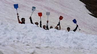 Der letzte Schnee auf der Corviglia muss weg. Dort fand zum dritten Mal der Weltschaufeltag statt.