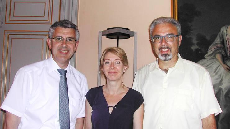 Josef Maushart (l.) übergibt das Vereinspräsidium an Stephan Hug (r.). In der Mitte: Barbara Käch, Geschäftsleiterin der Volkshochschule.